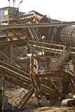 金属结构和运转的挖掘机 免版税库存图片