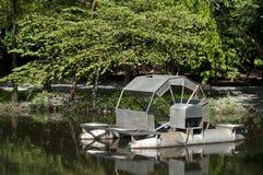 金属水轮漂浮 库存图片