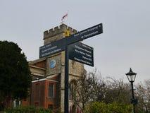 金属Fingerpost签到Twickenham米德塞科斯英国 库存图片