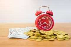 金币、钞票和闹钟 库存图片