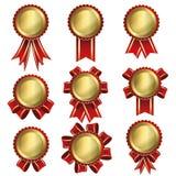 金徽章标签和红色丝带 库存照片