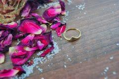 金戒指,玫瑰花瓣,上升了 库存图片