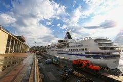 金星Cruisse Superliner被停泊在符拉迪沃斯托克的停泊的墙壁 免版税库存图片