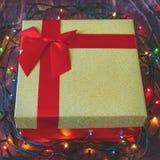 金有红色弓的在木背景的礼物盒和诗歌选 免版税库存照片