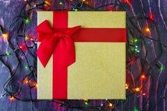 金有红色弓的在木背景的礼物盒和诗歌选 图库摄影