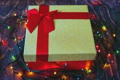 金有红色弓的在木背景的礼物盒和诗歌选 库存照片
