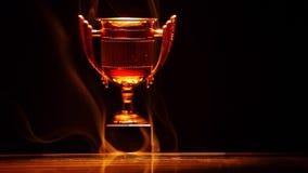 金杯子烟反射黑暗的背景没人hd英尺长度 股票视频