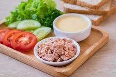 金枪鱼、蕃茄、黄瓜、莴苣和面包,三明治成份 免版税库存照片