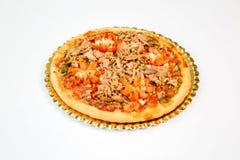 金枪鱼和蕃茄比萨白色背景 免版税图库摄影