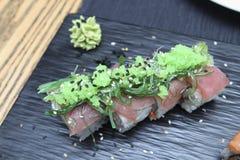 金枪鱼在一块陶瓷板材的寿司卷 免版税库存照片