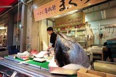金枪鱼在Tsukiji鱼市上 Tsukiji是最大的鱼市在世界/东京日本2017年12月 免版税库存照片