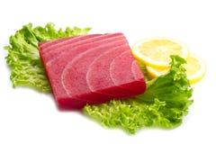 金枪鱼生鱼片用沙拉和柠檬 图库摄影