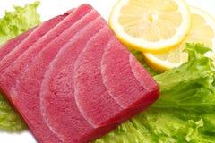 金枪鱼生鱼片用沙拉和柠檬 库存图片