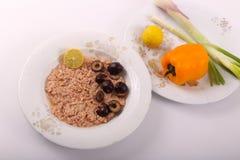 金枪鱼用橄榄色和黄色胡椒 免版税库存照片