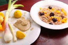 金枪鱼用橄榄色和黄色胡椒 库存图片