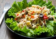 金枪鱼色拉用米和菜 免版税图库摄影