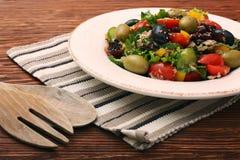 金枪鱼色拉用西红柿、豆和橄榄 库存图片
