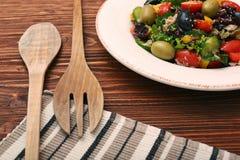 金枪鱼色拉用西红柿、豆和橄榄 免版税图库摄影