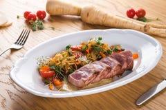 金枪鱼Tagliata与菜意粉的 油煎的金枪鱼与在一块白色板材装饰 开胃菜板材 鱼宴意大利语 免版税库存图片