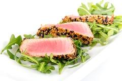 金枪鱼tataki芝麻外壳开胃菜板材 库存图片
