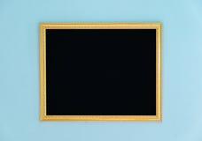 金框架网眼图案在墙壁上的空白装饰 库存图片