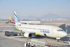 金浦市,韩国- 2014年1月19日:空气釜山飞机在金浦市的 免版税库存照片