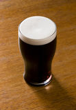 金液体品脱烈性黑啤酒 免版税库存图片
