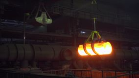金爪举它的炽热金属棒并且运输金属明亮地发光 股票视频