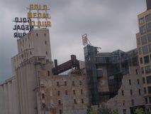 金牌面粉标志和磨房废墟在米尼亚波尼斯 库存图片