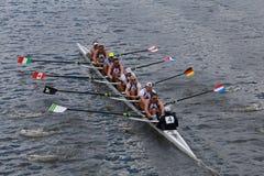 金牛座小船俱乐部在查尔斯赛船会人的冠军Eights头赛跑  免版税图库摄影