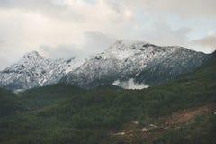 金牛座山的绿色倾斜与雪,阿拉尼亚,土耳其的 库存照片