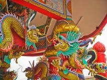 金瓷在被成拱形的入口的龙雕象 图库摄影