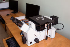 金相学的显微镜和计算机 免版税库存图片
