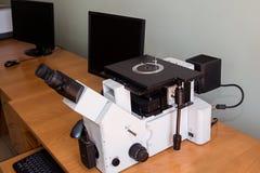 金相学的显微镜和计算机 库存图片