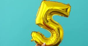 金箔第5在蓝色的庆祝气球 影视素材