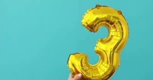 金箔第3在蓝色的庆祝气球 股票视频