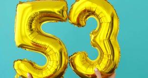 金箔第53在蓝色的庆祝气球 股票录像