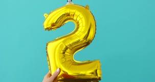 金箔第5在蓝色的庆祝气球 股票录像