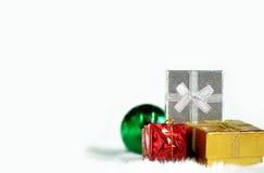 金红色银色礼物盒和绿色镜子球 免版税库存照片