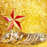 金纸水平的丝带和圣诞节星 免版税库存照片