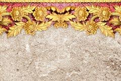 金花的样式在水泥墙壁上雕刻了 免版税库存照片