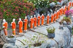 去金菩萨寺庙, Dambulla, Sri的和尚雕象 库存图片