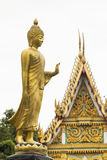 金菩萨雕象前面寺庙 免版税库存图片