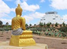 金菩萨雕象和佛教stupa或者寺庙 免版税库存照片