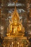 金菩萨雕象在佛教寺庙的教会里 免版税库存照片