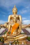 金菩萨雕象建设中在有清楚的天空的泰国寺庙 WAT MUANG, Ang皮带,泰国 免版税库存图片