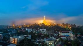 金薄雾的Shwedagon Paya塔在日出前的早晨 库存照片