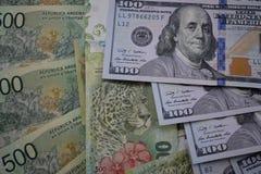 金融法案、阿根廷比索和美元 库存照片
