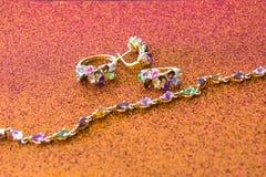 金装饰品散布与宝石 心爱的妇女的最佳的礼物 免版税库存照片