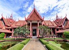 金边,柬埔寨- 2016年12月31日:柬埔寨的国家博物馆的看法从庭院的 库存图片